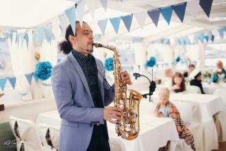 саксофонист на теплоходе в Калининграде